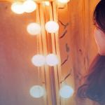 Garota de frente para o espelho